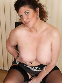 Curvy Jilly does some housework