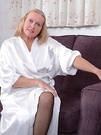 This British mature lady loves to fool around