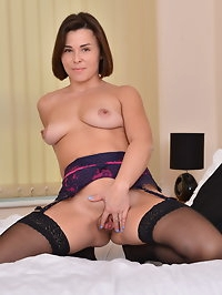 Naughty mom Jamie Ray loves playing with herself