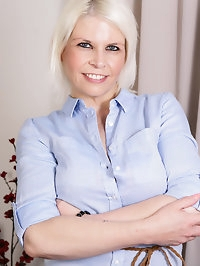 British temptress playing with her pussy