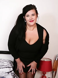Curvy British housewife fooling around with a horny dude
