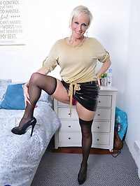 British Housewife Debbie loves playing with her pussy