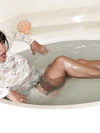 Amanda takes a steamy bath