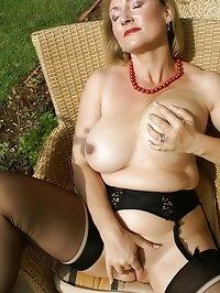 Babe craves an outdoor orgasm