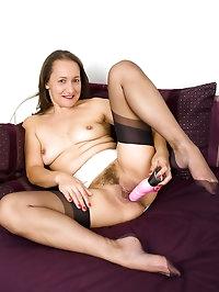 Carla - Milfy muff play in nylons!