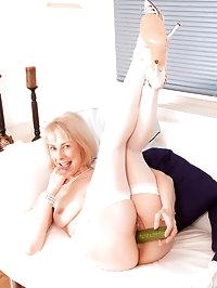Playful cougar stunner Hazel spreads her pink juice box..