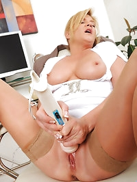 Mature Ginger Lynn tames her horny pussy with her..