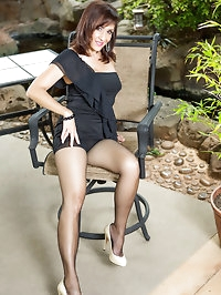 Brunette mom in black pantyhose showing her ass